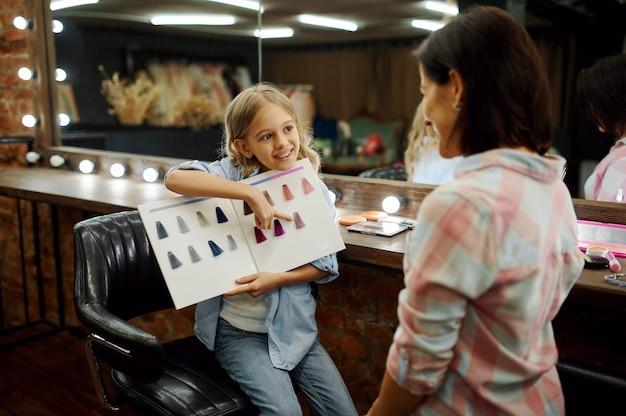 Mãe e filha se divertindo no salão de maquiagem
