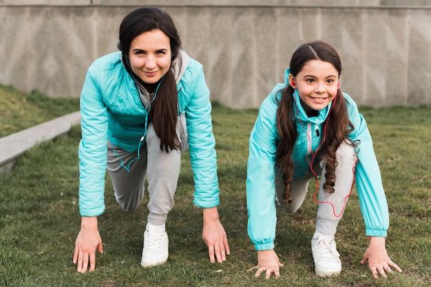 Mãe e filha se preparando para correr