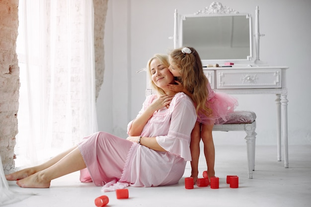 Mãe e filha se reúnem de manhã perto do espelho