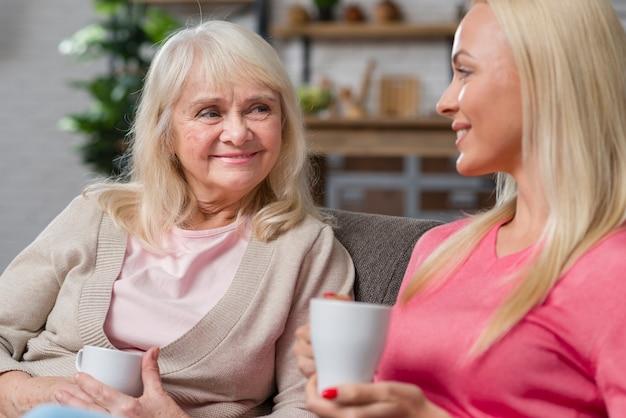 Mãe e filha segurando xícaras de café