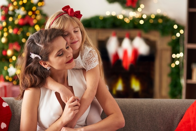 Mãe e filha sonhando acordadas juntas