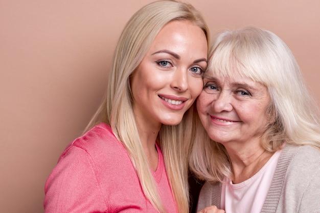 Mãe e filha sorridente de close-up