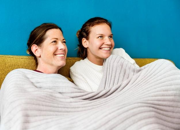 Mãe e filha tempo no sofá