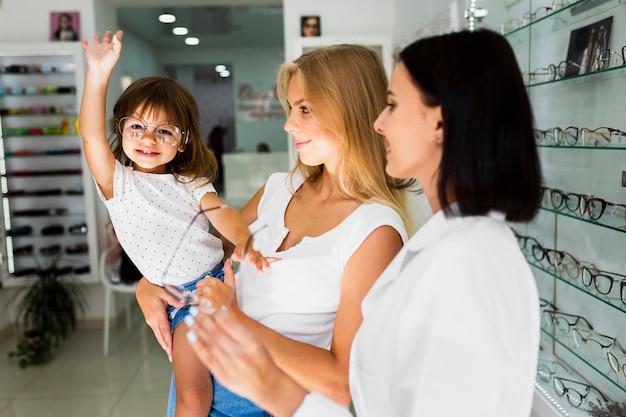 Mãe e filha tentando armações de óculos