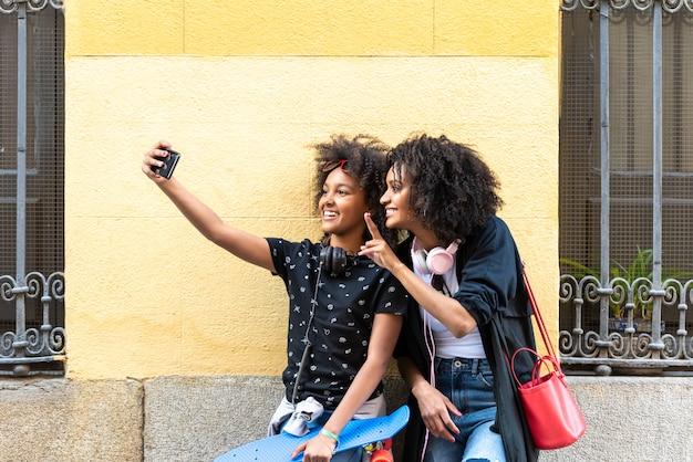 Mãe e filha tomando um selfie juntos.
