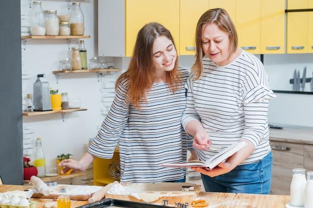 Mãe e filha trabalhando juntas na cozinha