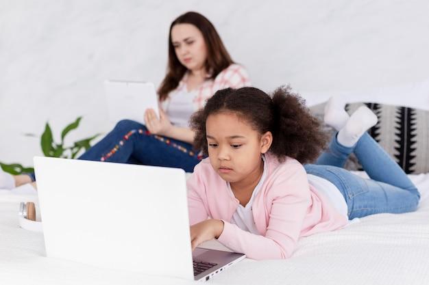 Mãe e filha trabalhando juntos em casa