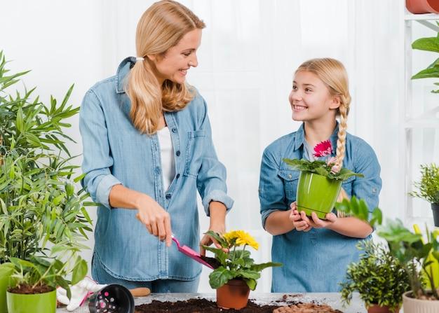Mãe e filha trabalhando juntos em estufa