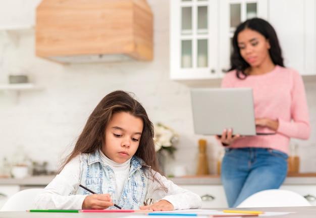 Mãe e filha trabalhando