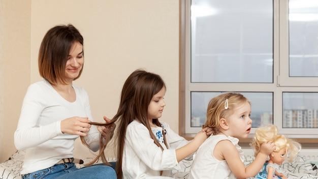 Mãe e filha, trança de cabelo