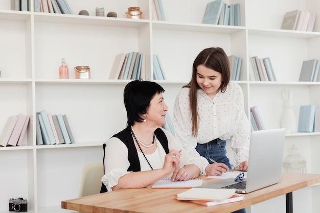 Mãe e filha usando um laptop
