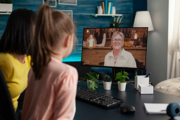 Mãe e filha usando videoconferência