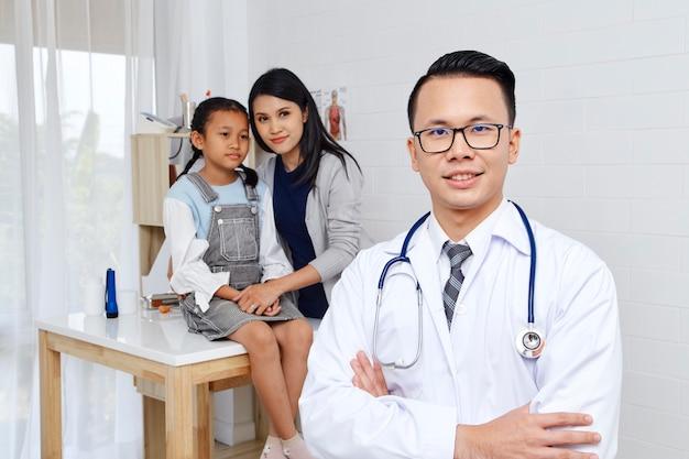 Mãe e filha vêm médico.
