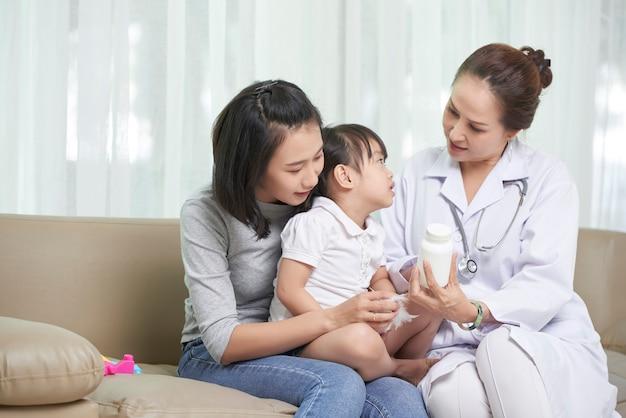 Mãe e filha visitando pediatra