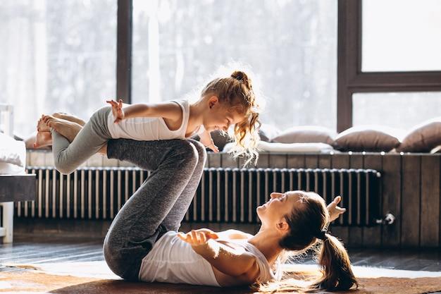 Mãe e filha yoga em casa