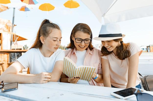 Mãe e filhas adolescentes se divertem, conversando