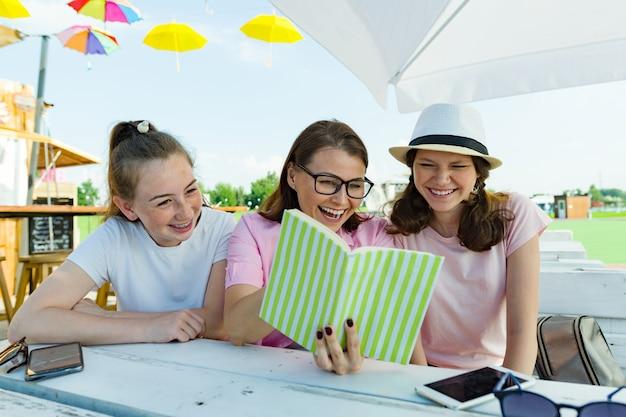 Mãe e filhas adolescentes se divertem