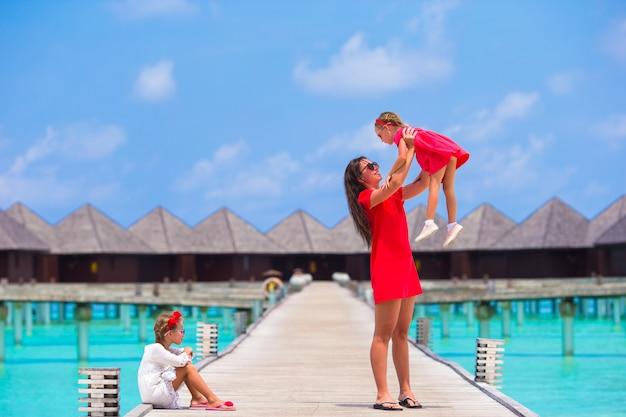 Mãe e filhas, aproveitando o tempo em férias tropicais