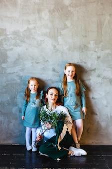 Mãe e filhas, cabelos ruivos, sardas, beleza, comunicação, família