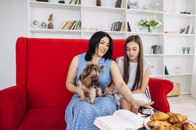 Mãe e filhas descansando na sala de estar