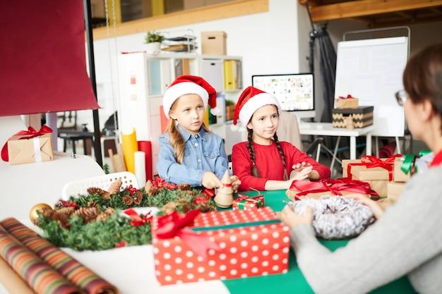 Mãe e filhas felizes com presentes de natal