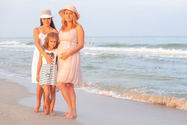 Mãe e filhas na praia