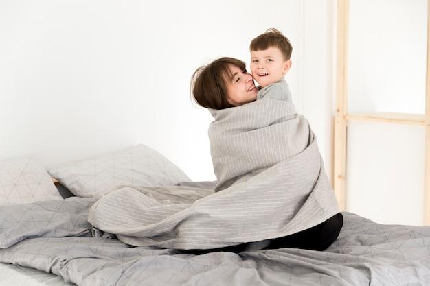 Mãe e filho abraçando