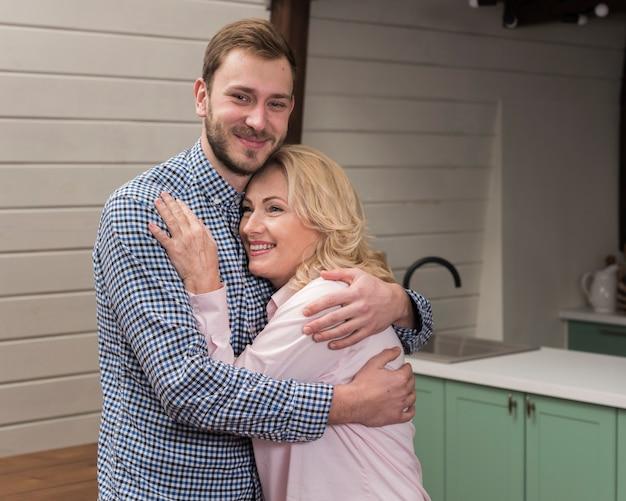 Mãe e filho abraçaram na cozinha