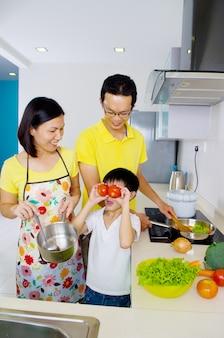 Mãe e filho asiáticos na cozinha