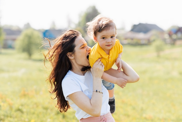Mãe e filho brincam no campo ao ar livre