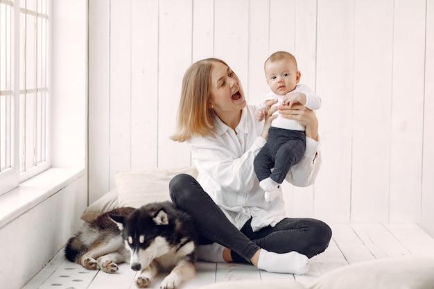 Mãe e filho brincando com cachorro em casa