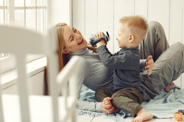 Mãe e filho brincando em casa