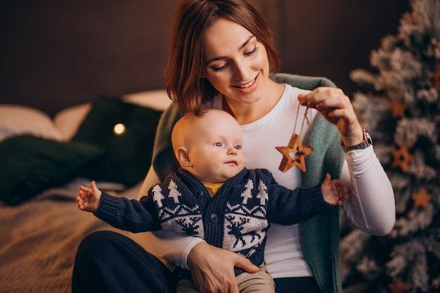 Mãe e filho celebrando o natal