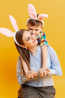 Mãe e filho com orelhas de coelho