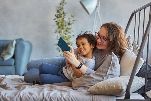 Mãe e filho conversando via link de vídeo no telefone