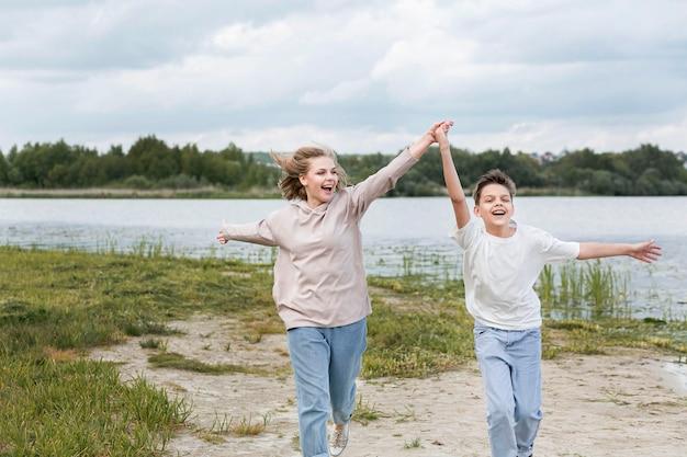 Mãe e filho correndo e de mãos dadas