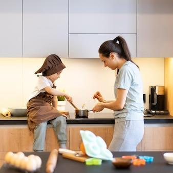 Mãe e filho cozinhando em doses médias