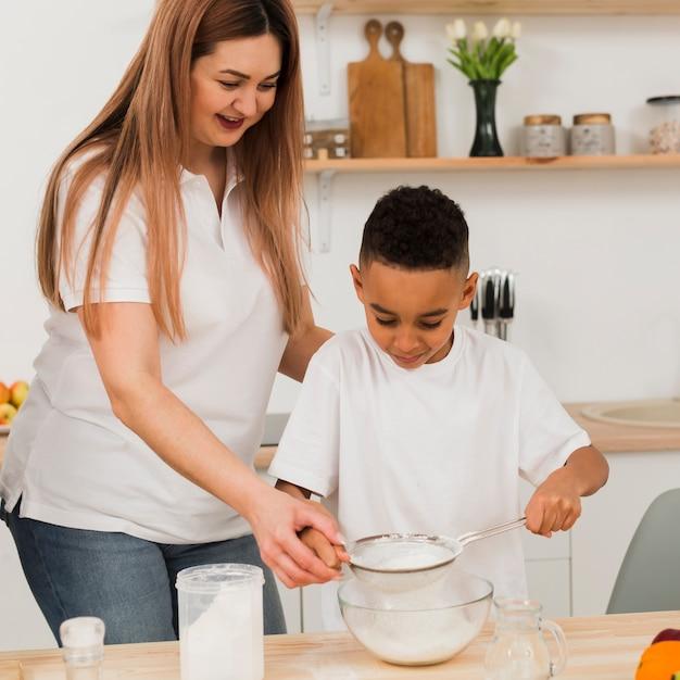Mãe e filho cozinhando juntos