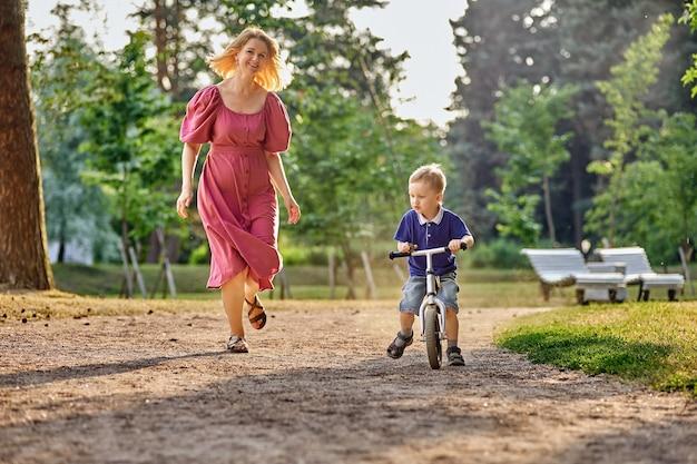 Mãe e filho de bicicleta no parque