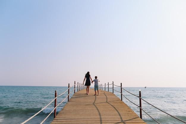 Mãe e filho de férias no mar