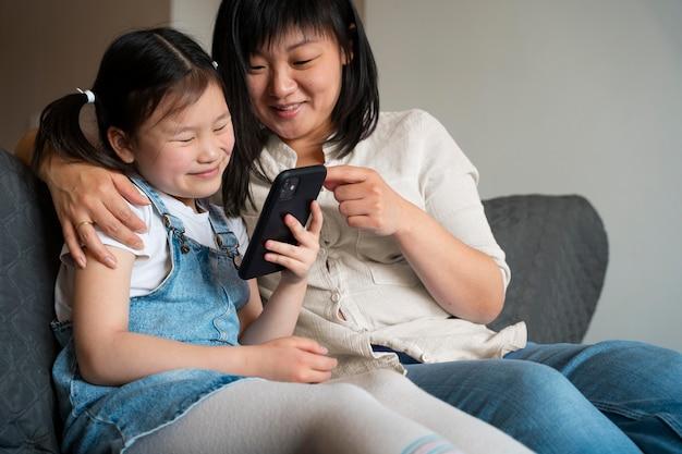 Mãe e filho de tiro médio com telefone
