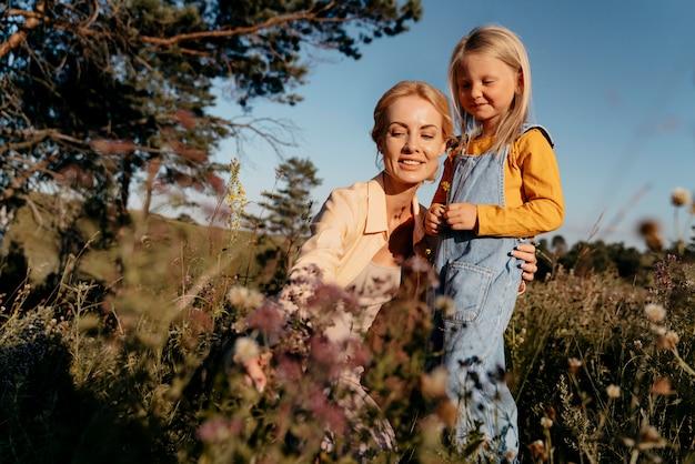 Mãe e filho de tiro médio na natureza