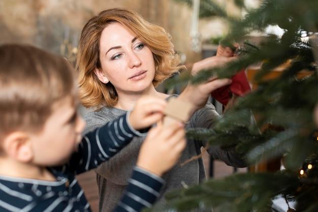 Mãe e filho decorando árvore