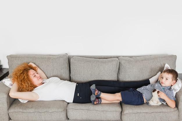 Mãe e filho deitado no sofá