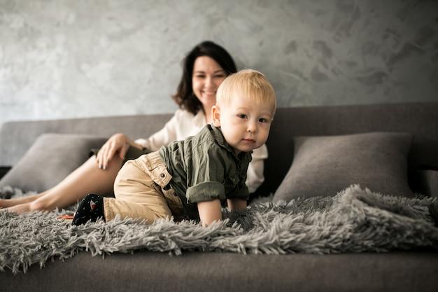 Mãe e filho dela