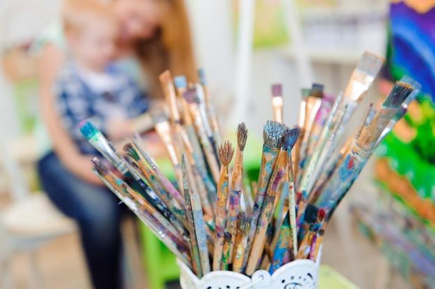 Mãe e filho desenham pinturas, lição de arte