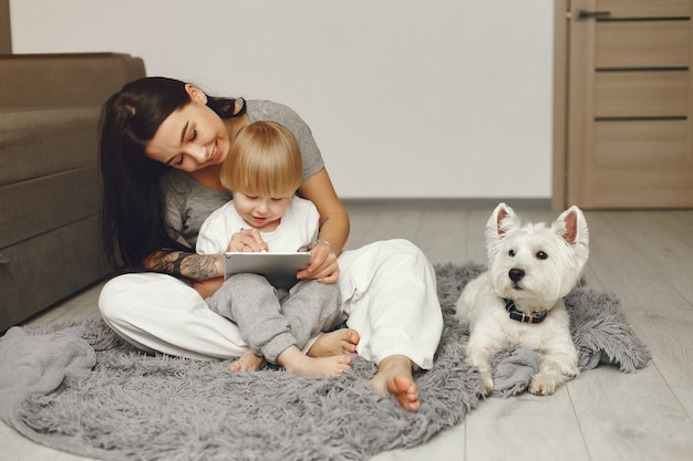 Mãe e filho divertido em casa com cachorro