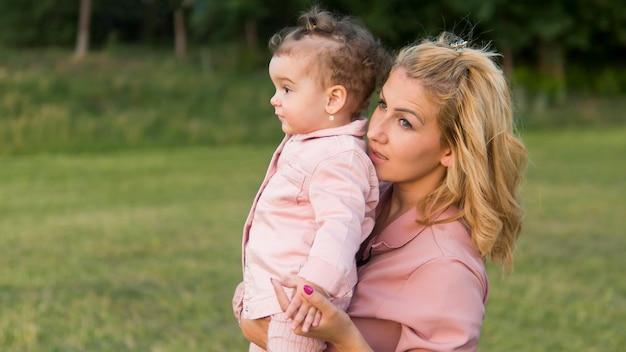 Mãe e filho em roupas cor de rosa