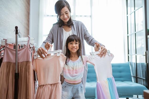 Mãe e filho escolhem vestido lindo