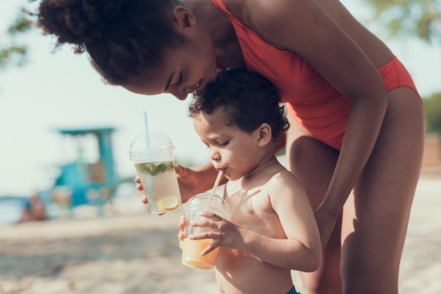 Mãe e filho estão descansando no rio sandy beach